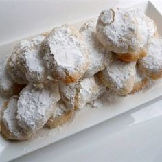 Ricciarelli are traditional Italian almond macaroons from Siena that are made with almonds and egg whites, covered in powdered sugar. Cookie Recipes, Dessert Recipes, Dishes Recipes, Recipies, Italian Almond Cookies, Yummy Treats, Yummy Food, Delicious Recipes, Biscuits