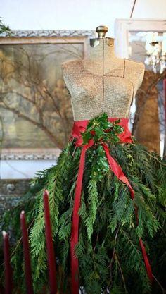 Nog alle tijd om een echt kerstjurkje te maken, staat leuk voor 'n etalage of gewoon aan de voordeur!