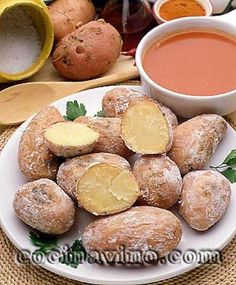 Papas arrugadas (Canarias)      Estas patatas cocidas con su propia piel y recubiertas de una costra de sal son el plato más típico del archipiélago, más aún si se acompañan del famoso mojo picón.