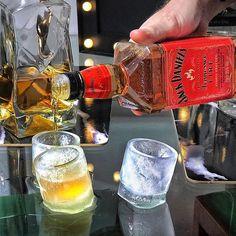 Sposób na rozgrzanie w zimę? 🤷🏼♂️ Szot nowego Jacka z lodowych kieliszków! ❄️🖤 Grzeje jak trzeba, a przy tym jest delikatny i cynamonowy co mnie zaskoczyło! 👌🏻 W szotach smakuje bardzo dobrze ale klasycznie do coli też mi pasuje. Kto próbował lub chce spróbować? 🤔🥃👌🏻🔥 #jackdanielsfire #jackdaniels #lodowekieliszki #ognistyjack #whiskyshot #jackfire #lodoweszoty #meskiwieczor #rozgrzewka #ogień 🔥🔥🔥