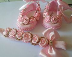 KIT BB FLORZINHA SAP Baby Bows, Baby Headbands, Baby Doll Shoes, Ribbon Braids, Material Flowers, Baby Shoes Pattern, Kids Lehenga, Pearl Headband, Crafts For Girls