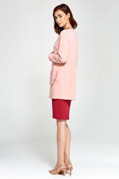 Confortable, chic et raffinée, cett veste longue fera souffler un vent de féminité et de style sur vos tenues professionnelles comme sur vos looks de soirée.