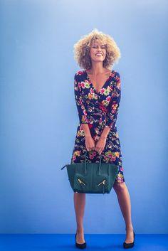 Deze jurk is een aandachtstrekker door de vrolijke bloemen tegen een donkerblauwe ondergrond. Bestel je dit patroon, dan ontvang je ook het patroon KM1501-16 Top er gratis bij! Knit Dress, Sewing Projects, Couture, Knitting, Casual, Inspiration, Vintage, Dresses, Dutch