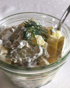 Sałatka z ziemniaków, ogórków kiszonych, cebuli i koperku. Onion salad with pickeled cucumber and onion.