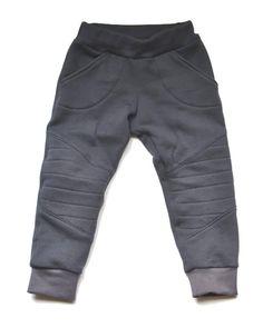 Motorbroek organic cotton: donkergrijs joggingstof. Comfortabele en leuke broek voor stoere peuters!