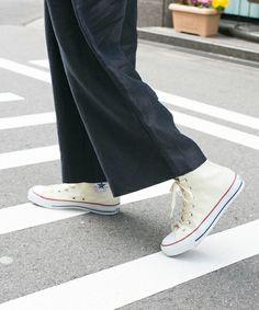 今季トレンドのワイドパンツにも、ハイカットスニーカーは相性抜群!ショートブーツ感覚で足元を引き締めてくれます。