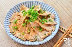 漬けておけば、時間がないときにも、さっと焼いてすぐに食べられる塩ダレ焼きです。漬けるだけなら5分程度でできるので簡単。写真は調理後のものです。