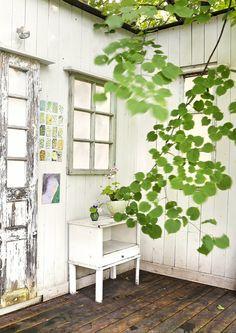 Vanhat ikkunat koristavat terassin aitaa. Old windows decorate terrace fence. | Meillä kotona / Unelmien Talo&Koti Kuva: Teija Tuisku Toimittaja: Heidi Haapalahti
