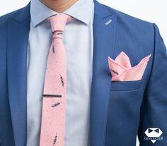 Nyakkendő Zsebkendő Nyakkendőtű Rózsaszín, 3 darabos készle  Férfiaknak szükséges teljes kellékcsomag, ami nyakkendőből, zsebkendőből virágot ábrázoló dísztűből áll. Különleges motívumokat tartalmazó férfi kellékek, amelyeket különleges eseményeken viselik. A csomagot Gent's Club ajándék zacskóban kínáljuk, amihez tanácsokat tartalmazó szórólapot is ajándékozunk a nyakkendő megkötéséhez és a zsebkendő különböző formájú összehajtásához. Tie Set, Pocket Square, Lapel Pins, Club, Tie Clip, Celebrity Style, Burgundy, Mens Fashion, Skinny