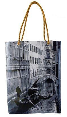 Acquista le nostre VENICE BAG anche su Blomming!! La borsa fa parte di una collezione artistica che mette in risalto la città di Venezia con i suoi colori, le luci, le case e l'acqua.  Per qualsiasi informazione o per una borsa creata su misura con le tue foto non esitare a chiamarci allo 041641781 o visita il sito www.gruppoantagora.it