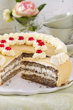 Mohntorte mit Marzipan The poppy seed cake is a classic as it is in the baking book. Filled with whipped cream and sweet marzipan on top, nobody can resist her. Fast Easy Meals, Fun Easy Recipes, Cheap Meals, Marzipan Recipe, Marzipan Cake, Baking Recipes, Cake Recipes, Dessert Recipes, Poppy Seed Cake