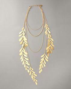 colar folhas douradas