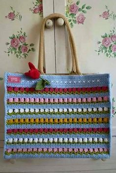 Free crochet bags patterns to make! We love making crochet bags, they are fun and quick to make and you can never have too many. Crochet Tote, Crochet Handbags, Crochet Purses, Love Crochet, Knit Crochet, Crochet Flowers, Knitted Bags, Crochet Accessories, Handicraft