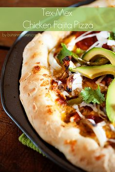 Tex-Mex Chicken Fajita Pizza #recipe by bunsinmyoven.com