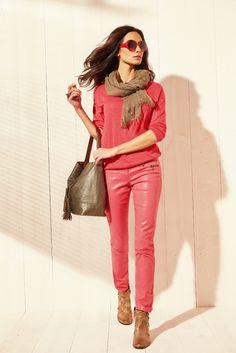 Pull GABARIT. Le bon mix d'un pull casual et féminin, printé d'un foil doré très tendance. Pantalon GUEPE. Le coloris pepsy aux nuances irisées, résultat d'une nouvelle enduction sur un tissu ultra stretch. Coupe Slim. Chèche GAINZA. Sac GIGNAC. Bottines GLADSTONE KARSTON.#mode#pull#corail#print#doré#pantalon#enduit#grenade#chèche#sac#bottines#karston#elora#