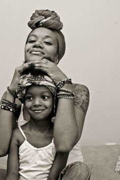 Tout est dans le regard de cette enfant.  J'aime... non...J'adore cette photo.