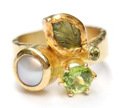 Green leaf ring, gold, tourmaline, peridot, fresh water pearl. Nadine Kieft.