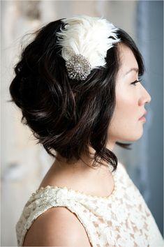 Goose Feather headband for short hair, Headbands For Short Hair, Hair Bows, Headband Hairstyles, Cool Hairstyles, Hairstyle Short, Gatsby, Short Dark Hair, Bride Hair Accessories, Feather Headband