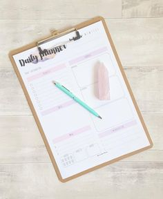 Want to get organised? Download this free printable daily planner right now. Perfect for any girlboss, ladyboss or momboss that needs some organisation and inspiration in their lives. Click to download!