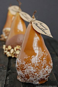 Caramel Dipped Pears: I love receiving caramel dipped apples during the holiday season, but the one thing that trumps caramel dipped apples? These caramel dipped pears. Holiday Treats, Christmas Treats, Christmas Baking, Diy Christmas, Holiday Decor, Christmas Cookies, 13 Desserts, Dessert Recipes, Pear Dessert