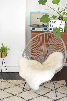 nice styling an acapulco chair. by nice styling an acapulco chair… by Retro Dining Chairs, Wicker Dining Chairs, Living Room Chairs, Rattan, Home Decor Styles, Home Decor Accessories, Deco London, Ok Design, Design Ideas