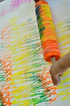 - Eigen uitleg: draai wat touw rond een deegroller en doe wat verf op het touw en je kan beginnen schilderen. Je krijgt leuke kleur effecten en het is eens iets anders dan met een verfborstel schilderen.