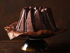 Suklaakakku maustetaan espressolla ja kuorrutetaan tummalla suklaalla ja siirapilla. Täyteläinen suklaakakku on kahvipöydän kruunu.
