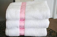 Decorar toallas con cintas.