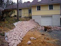 3. Kivien väliin ei laiteta maa-ainesta, ettei rikkaruohoille tarjota valmista kasvualustaa turhaan. Halutessaan voi kivien sävyyn sopivaa soraa heitellä isompien kivien väleihin (mutta tämäkin makuasia). Syksyn lehdet ja neulaskarikkeenkin kannattaa säännöllisesti harjata tai puhaltaa lehti-imurilla pois, ettei se maadu kivien väliin. Rock Retaining Wall, Landscape Drainage, Kingdom Hall, Low Maintenance Plants, Paving Stones, Tiny House Design, Garden Design, New Homes, Exterior