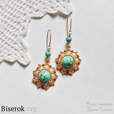 Pendientes de moda brillantes con esquema en forma de flor de color turquesa, una clase magistral con fotos