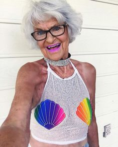 Remember Baddie Winkle, the 86-year-old grandma that wewrote2 years ago? Well, she just celebrated her 88th birthday and she's as cool and groovy as ever! Baddie now has a whopping 2.1 MILLION followers on Instagram