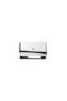 gegenüber Unter metal mold card case in cow leather with nickel pillar and YKK zipper color : white material : 100% cow leather submaterial : nickel measures : H 8cm  W 10.5cm