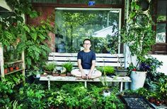 The onwer of Intuition (植觉), located in Waitongwu Village which is also a Longjing tea producing area, positioned himself as a planting designer whose workshop is filled with his works employing ordinary plants and flowers.