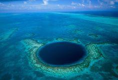 Se trata de un perfecto círculo de 305 m de diámetro que parece trazado a compás en el mar Caribe. Se conoce como Great Blue Hole -Gran Agujero Azul- y está situado en el atolón del Faro, a unos 100 km de la costa de Belice. El agujero, cuya profundidad actual es de 123 m, era la entrada a un sistema de cuevas calizas en la última Edad de Hielo. Cuando acabó la glaciación, hace 12.000 años, el nivel del mar subió, las cavernas se inundaron, la cubierta se derrumbó y se formó esta sima.