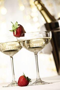 法国香槟酒瓶跟草莓