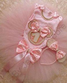 Kit Minnie Rosa Contém no Kit: 1 body 1 saia tutu 1 arquinho 1 calcinha Ob… – Bebekler hakkında herşey Minnie Mouse Pink, Minnie Mouse Party, Baby Tutu, Baby Gown, Minnie Birthday, Baby Birthday, Decoration Photo, Birthday Dresses, Baby Girl Dresses