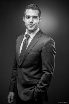 Portraits d'entreprise ou corporate en Auvergne … photo male Foto Portrait, Portrait Studio, Portrait Photography Poses, Headshot Photography, Business Portrait, Corporate Portrait, Corporate Headshots, Business Headshots, Mens Headshots