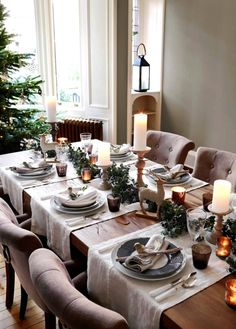 Christmas dining ideas - a beautiful elegant Christmas table setting Christmas Dining Table, Christmas Table Settings, Christmas Tablescapes, Christmas Table Decorations, Holiday Tables, Decoration Table, Table Centerpieces, Winter Decorations, Christmas Garlands