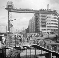 Ascensor de Katarinahissen . El Ascensor de Katarina (en sueco Katarinahissen) es una estructura metálica de hierro construida en 1883, demolida en 1933 y reconstruida dos años después. Se accede a él desde la plaza de Slussen, en el barrio de Södermalm de Estocolmo, y eleva 38 metros por encima del puerto para ofrecer una espectacular vista del Barrio Antiguo (Gamla Stan) y la bahía de la ciudad.