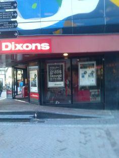 De opvallende gevelreclame van de Dixons, ook maken ze gebruik van een videoreclame op de gevel.
