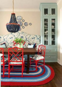 Traditional Home This breakfast room combines country elements like a braided rug and wood table with red lacquered Chinese Chippendale chairs and a bench upholstered in a blue and white Chinoiserie .I actually love the wall color with the blue cabinet! Sillas Chippendale, Le Living, Home Interior, Interior Design, Luxury Interior, Modern Interior, Banquette Seating In Kitchen, Kitchen Table Makeover, Chinoiserie Chic
