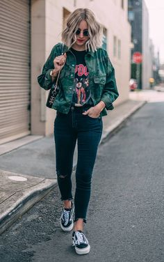 Musa do estilo: Lian Galliard - #GuitaModa. Jaqueta verde militar, t-shirt preta com estampa de banda, calça jeans skinny preta, tênis vans