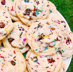 Funfetti cake batter cookies with chocolate chips & sprinkles Cute Food, I Love Food, Good Food, Yummy Food, Comida Disney, Delicious Desserts, Dessert Recipes, Tasty Snacks, Food Porn