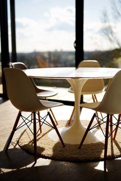 Maison P - Table Vue Seine / Port de Rouen / Table Saarinen / Chaises Eames - 2016 - Mont-Saint-Aignan (76130) - France - BO.A Architecture #boarchitecture  © T. Boivin Photographe