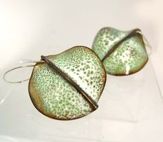 green speckled leaves 2 by evelyn markasky - folded metal which was enameled Enamel Jewelry, Copper Jewelry, Clay Jewelry, Jewelry Art, Jewelry Design, Vitreous Enamel, Handmade Copper, Jewelery, Enamels