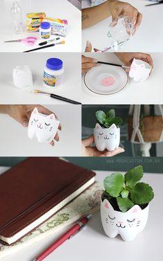 Veja o vídeo com os detalhes e materiais usados para fazer esse vaso em forma de gatinho com uma garrafa pet: http://modacustom.com.br/2016/01/20/como-fazer-vaso-de-gatinho-com-garrafa-pet/