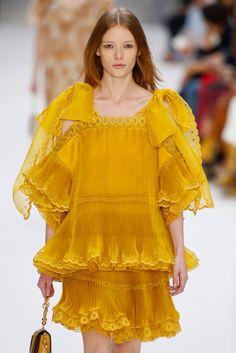 Vestido de invitada amarillo con volantes. Diseño de Chloé.
