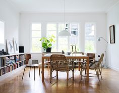 Brunt golv & bruna stolar