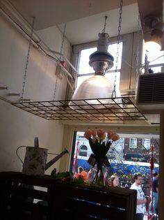 Betongaas aan het plafond. Pannen en plantjes aan hangen in de keuken #diy #inspiratie #home