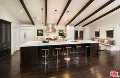 Celeb home tour: Mila Kunis' Hollywood home - Style At Home Style At Home, Hollywood Hills Homes, Los Angeles Homes, Celebrity Houses, Celebrity Kitchens, Home Kitchens, Dream Kitchens, Small Kitchens, Luxury Kitchens